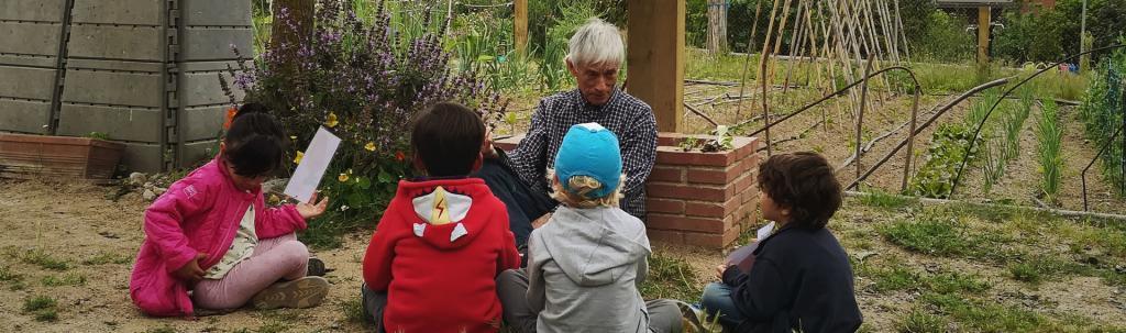 Nenes i nens experimenten els seus primers contactes amb el món de l'hort en aquesta activitat educativa de L'Ortiga