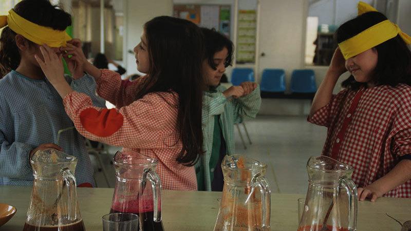 Nenes es tapen el ulls per aguditzar la resta de sentits davant els aliments, durant aquesta proposta educativa de L'Ortiga