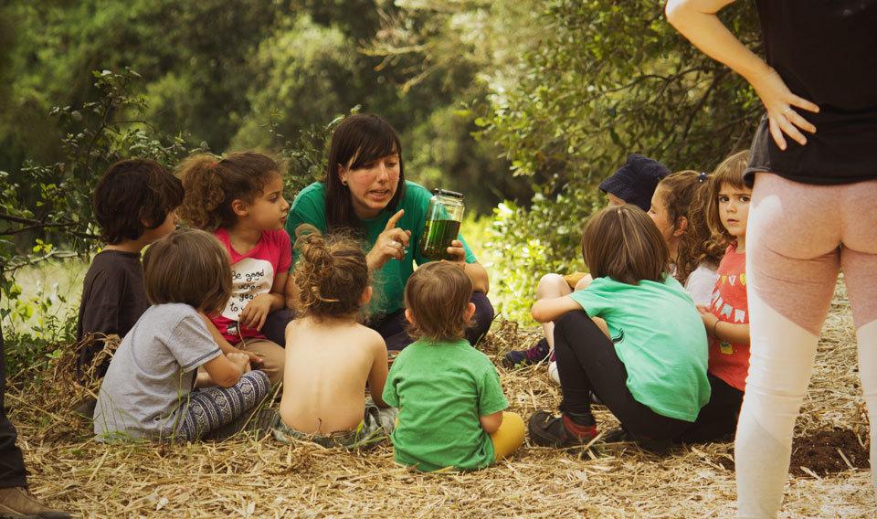 educadora i nens en les activitats de homeschooling de L'Ortiga